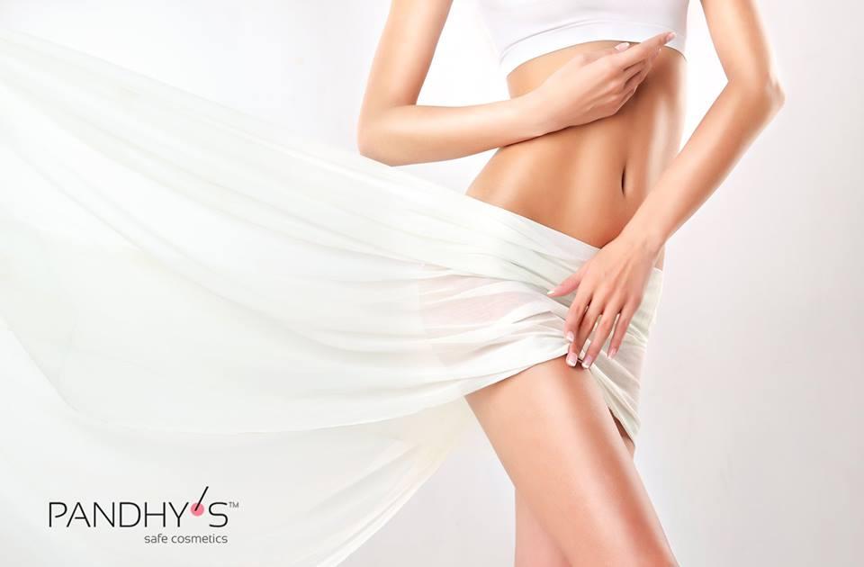 Kvinde med bar mave og ben. Huden er blød og hårfri efter en sugaring behandling.